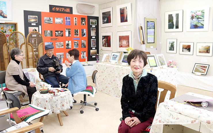 手芸店跡を再活用したギャラリーと川堰さん(右)