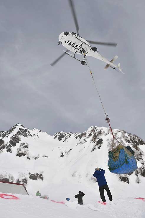 涸沢ヒュッテで必要な荷物はヘリコプターが何度も往復して運ぶ=17日午前9時45分