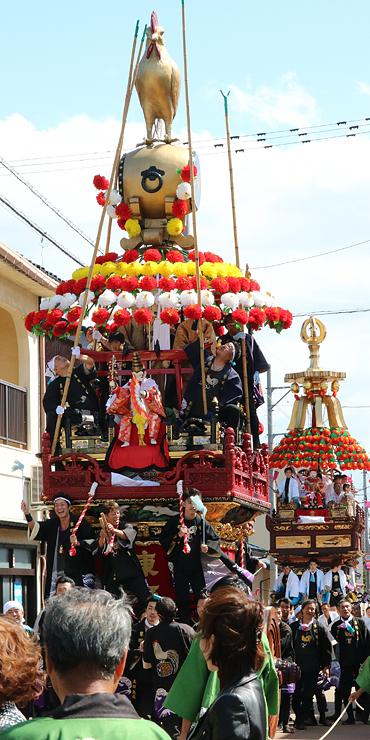 放生津八幡宮前で展示される東町の曳山(手前)=昨年10月1日、射水市新湊地域中心部