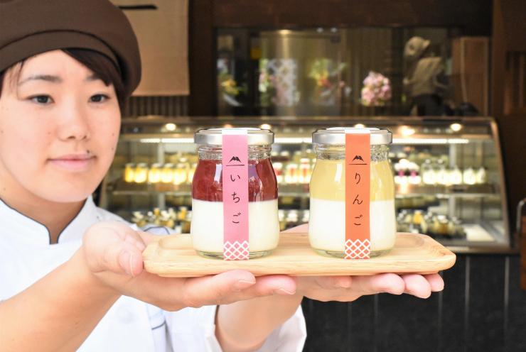 果肉感のあるジャムが主役の「信州プリン」。25日開店の「信州プリン工房」(奥)で販売する=松本市