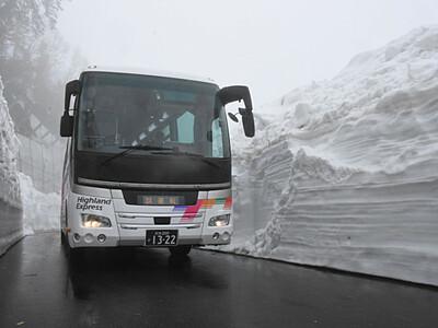 乗鞍岳春山バス、雪壁の間を試運転 27日から運行