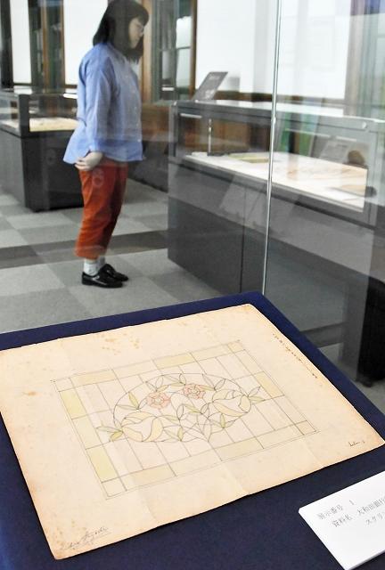 旧大和田銀行のステンドグラス設計図などが並ぶ企画展=4月24日、福井県敦賀市立博物館