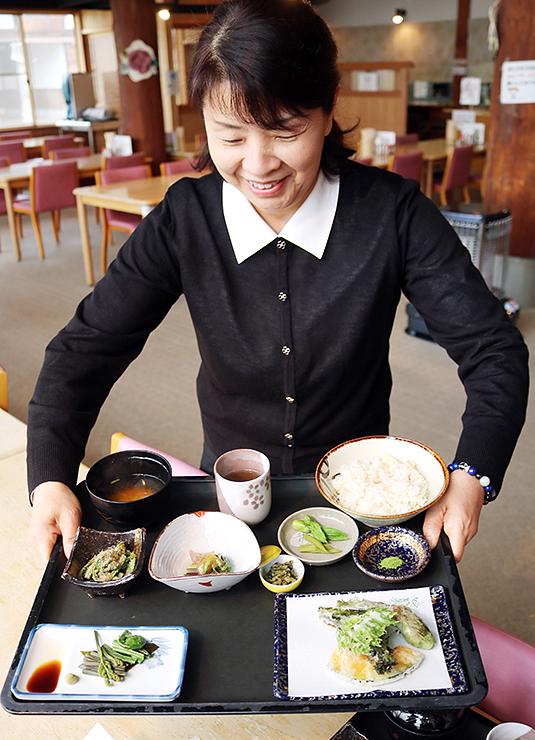 26日から提供を始める山菜定食=夢の平コスモス荘