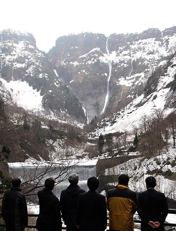 レストハウス称名近くの展望台から称名滝の眺めを楽しむ人たち=称名平