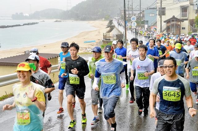 前回大会で海岸沿いのコースを走り抜けるランナー=2018年5月13日、福井県美浜町竹波