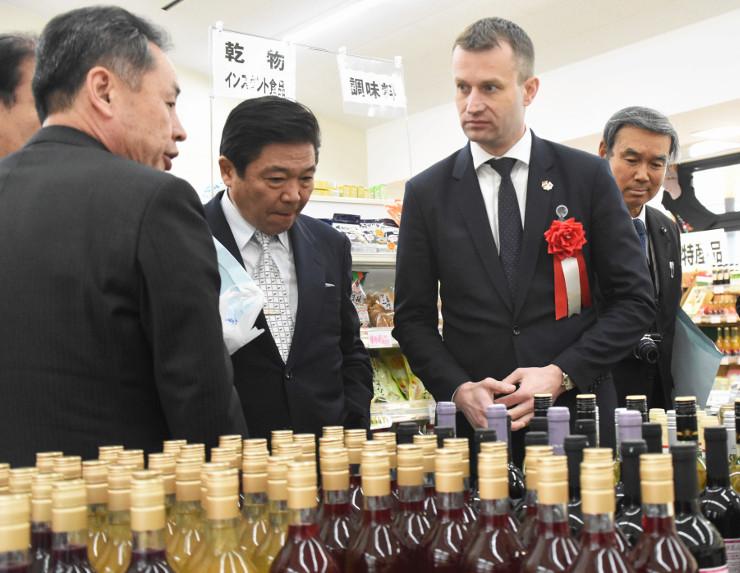 陳列されたハンガリー産ワインを前に語らうパラノビチ大使(右から2人目)