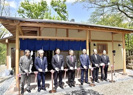 「松堂亭」のテープカットをする関係者=27日、福井県鯖江市西山公園