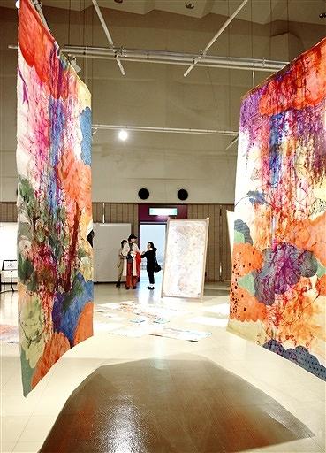 越前和紙を使った現代アートが並ぶ今立アートキャンプ春展=4月27日、福井県越前市いまだて芸術館