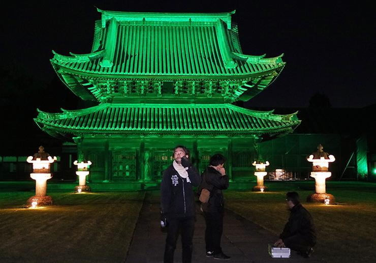 試験点灯で鮮やかにライトアップされた仏殿=瑞龍寺