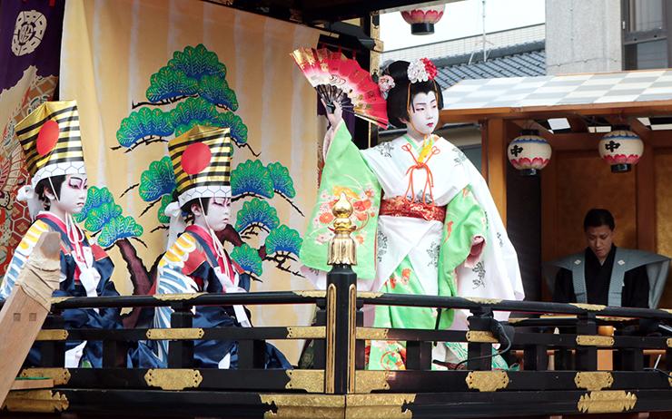 稽古上げで演じる出町子供歌舞伎の役者