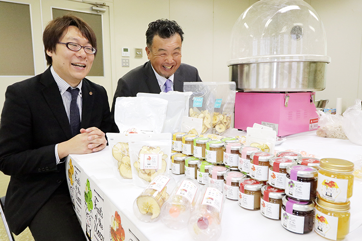 ジャムやドライフルーツ、あめなど開発した商品を前に笑顔を見せる伊東組合長(右)ら
