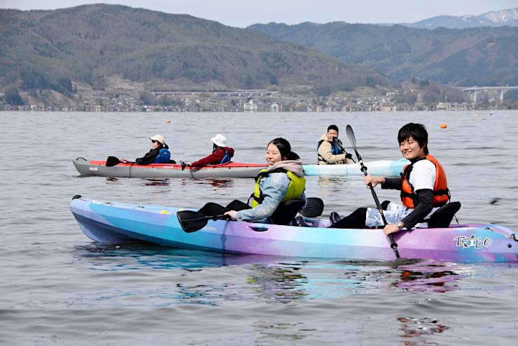 カヤックツアーをガイドする井川さん(右端)=28日、諏訪湖