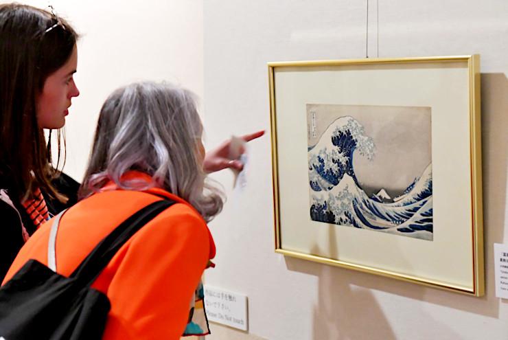 1日限定で展示された「神奈川沖浪裏」。来館者はじっと見入っていた