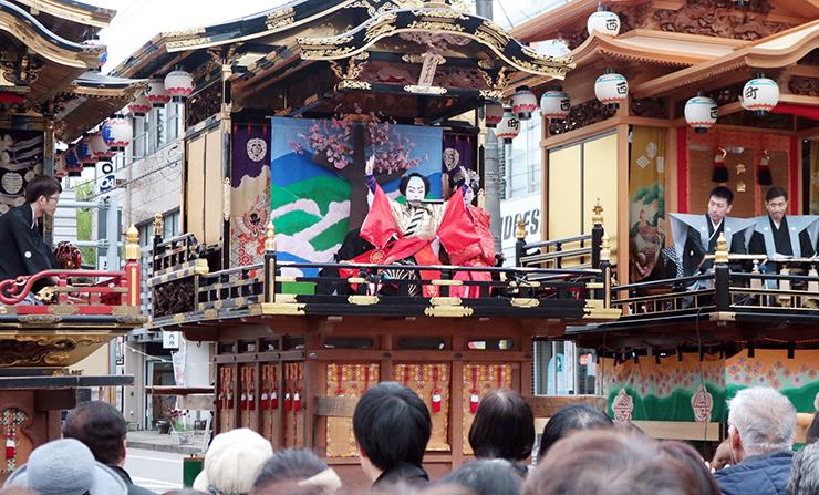 3町そろった曳山の中央で「義経千本桜」を上演する役者(中央)=砺波市本町