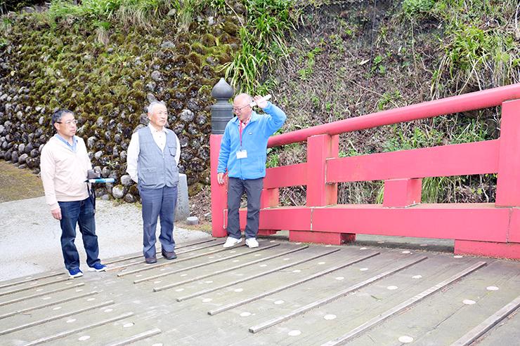 ボランティアの岡山さん(右)の案内で布橋を訪れた来館者