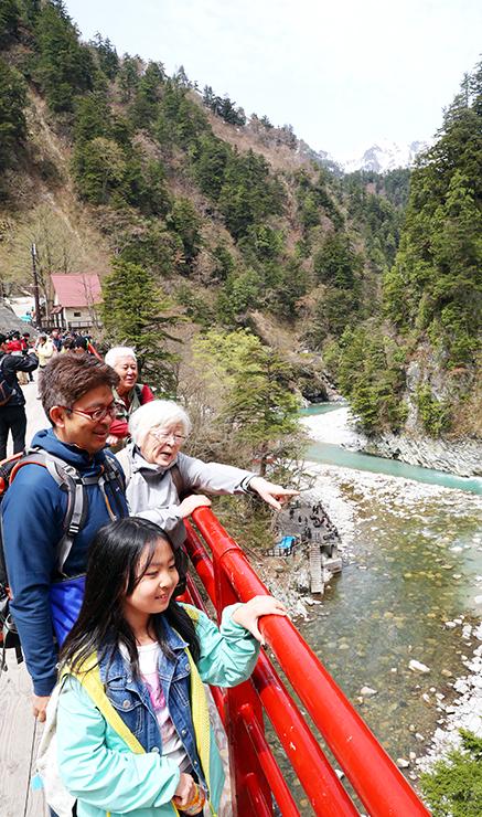 奥鐘橋からの渓谷を眺める観光客=黒部峡谷・欅平