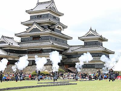 ごう音に歓声 松本城で「古流砲術演武」