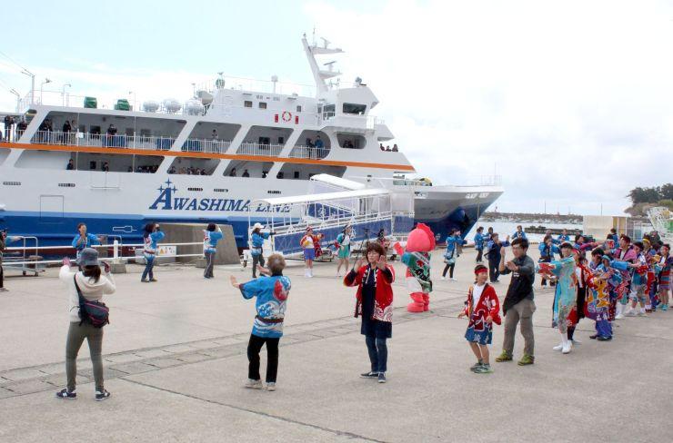 大勢の島民が観光客を出迎えた「島びらき」=27日、粟島浦村