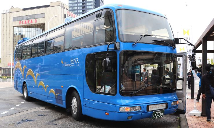 運行が始まった屋根なしの観光バス=新潟市中央区