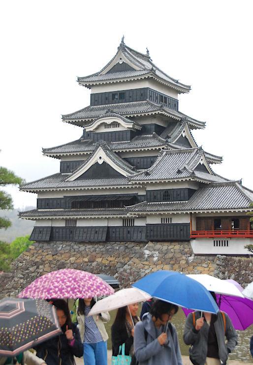 スタンプラリーのスタンプがもらえる観光施設の一つ、松本城