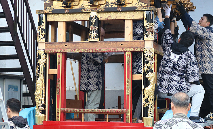 四隅を飾る覆柱と中央部を彩る太瓶束=富山市八尾町下新町