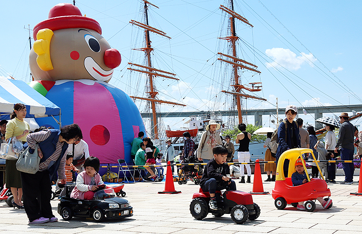 青空の下、バギーカーを楽しむ子どもたち=海王丸パーク