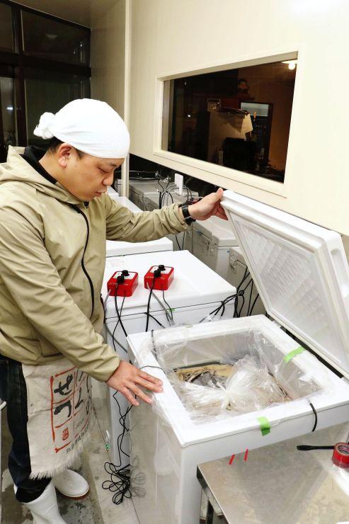 醸造所の冷蔵庫で発酵が進む伊弥彦エール=4月26日、弥彦村