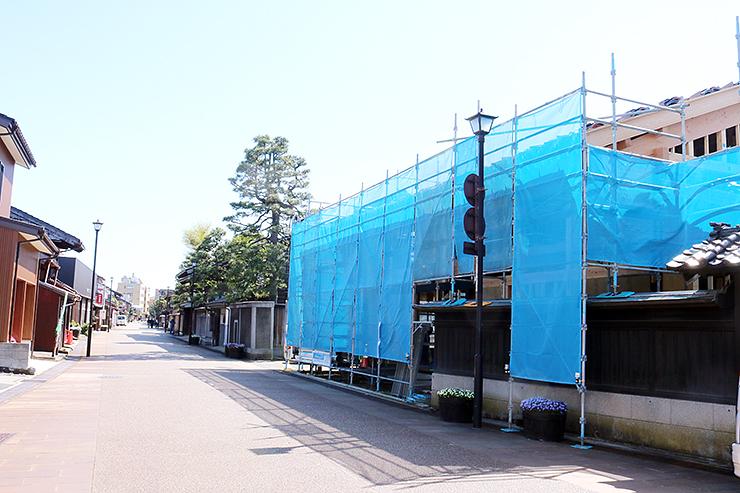 建設工事が進められている物販施設(右)=富山市東岩瀬町