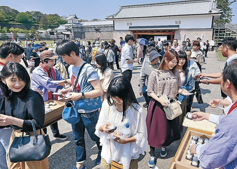 会場では、つきたてのもちや和菓子が来場者に振る舞われた=金沢城公園