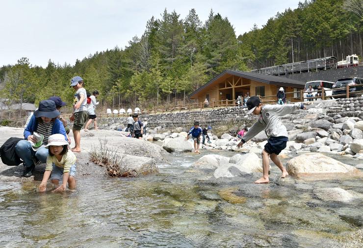 赤沢自然休養林の水辺で遊ぶ子どもたち