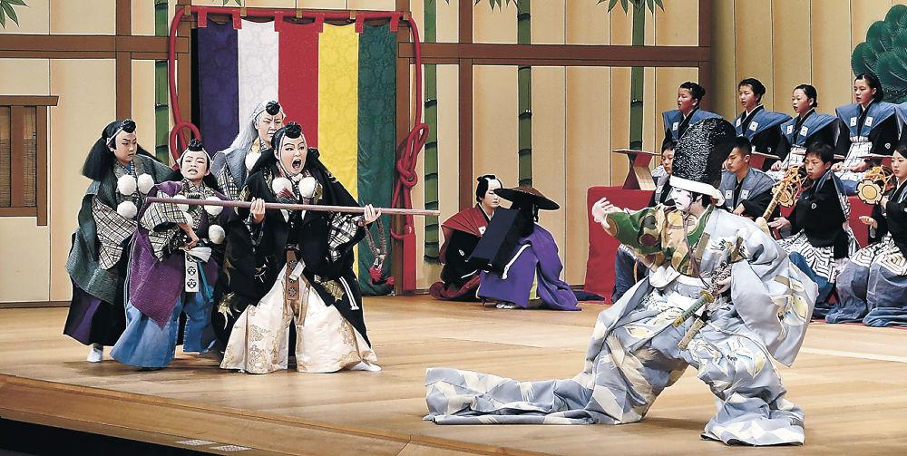 勧進帳で迫真の演技を披露する地元の子供役者=小松市の石川県こまつ芸術劇場うらら