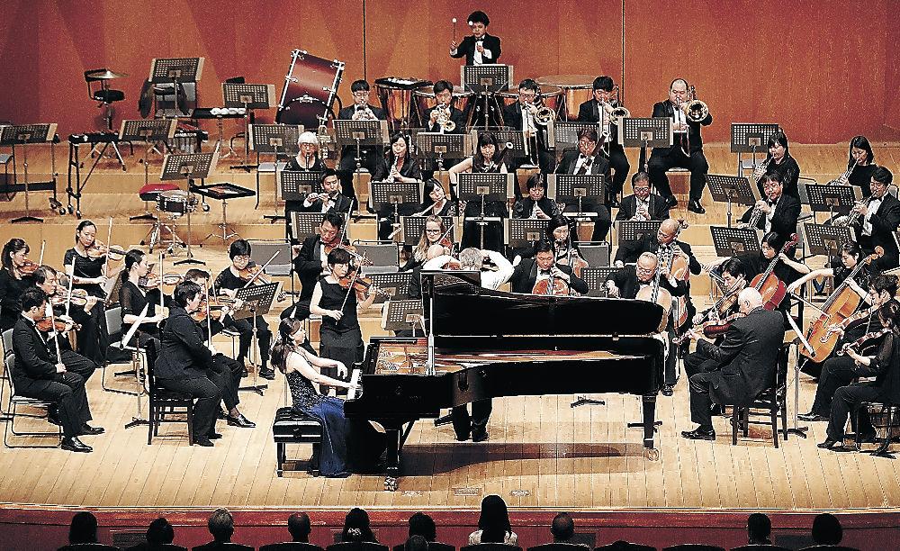 フィナーレを飾る平野さんとOEK=金沢市の石川県立音楽堂コンサートホール