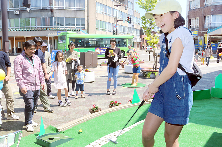 プロゴルファー猿ポケットパークでパターゲームに挑戦した児童。大勢の人が参加した
