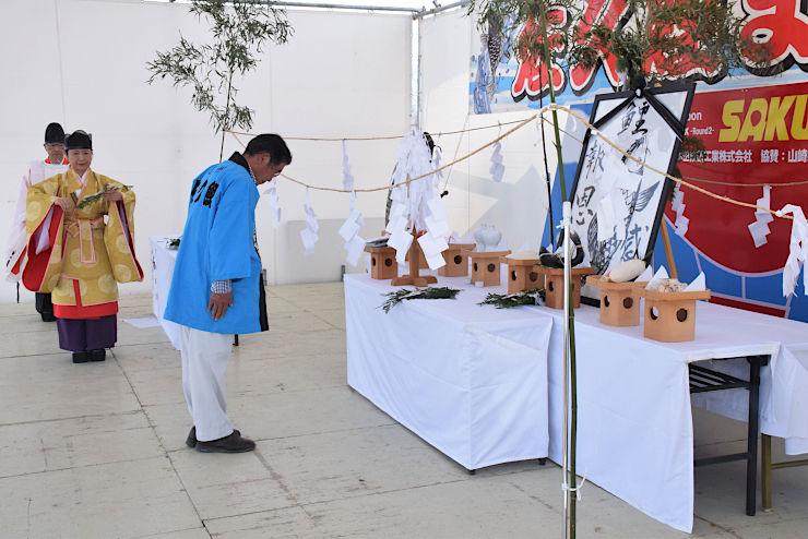 祭壇に玉串を奉納して鯉を供養する漁協関係者