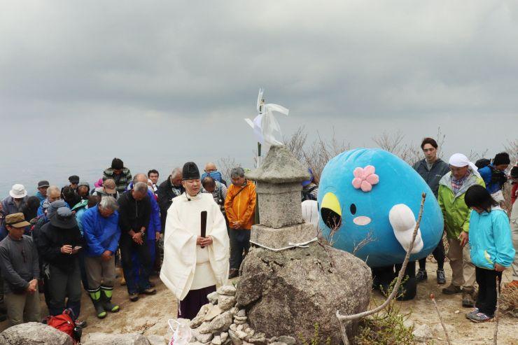 山開きに合わせ、五頭山五ノ峰山頂で行われた安全祈願祭=阿賀野市