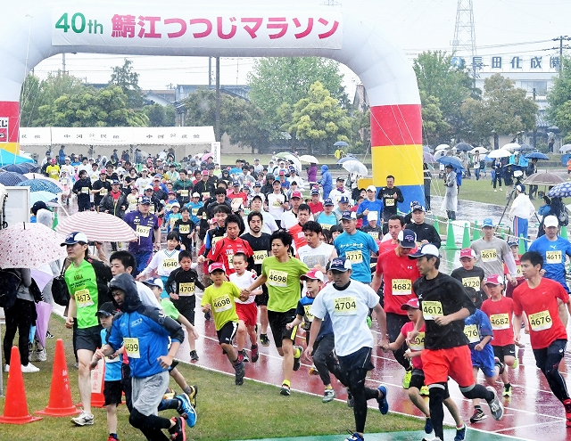 昨年の鯖江つつじマラソンで勢いよくスタートする2キロ親子の部のランナー=福井県鯖江市東公園陸上競技場