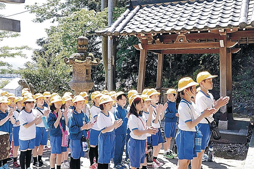 片山津神社を参拝する児童=加賀市片山津温泉