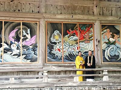 本堂の壁に「イケメン絵巻」 燕・国上寺