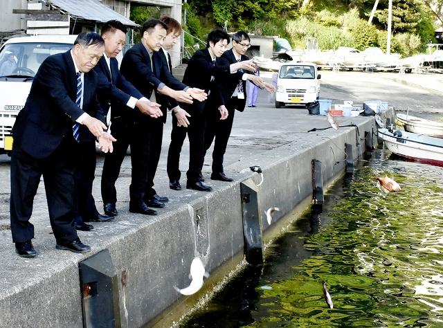 感謝の気持ちを込めてフグなどを海に放った「フグ供養」=5月8日、福井県若狭町塩坂越