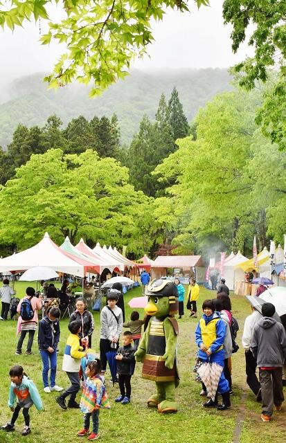 家族連れらでにぎわった九頭竜新緑まつり=昨年5月、福井県大野市角野の九頭竜国民休養地