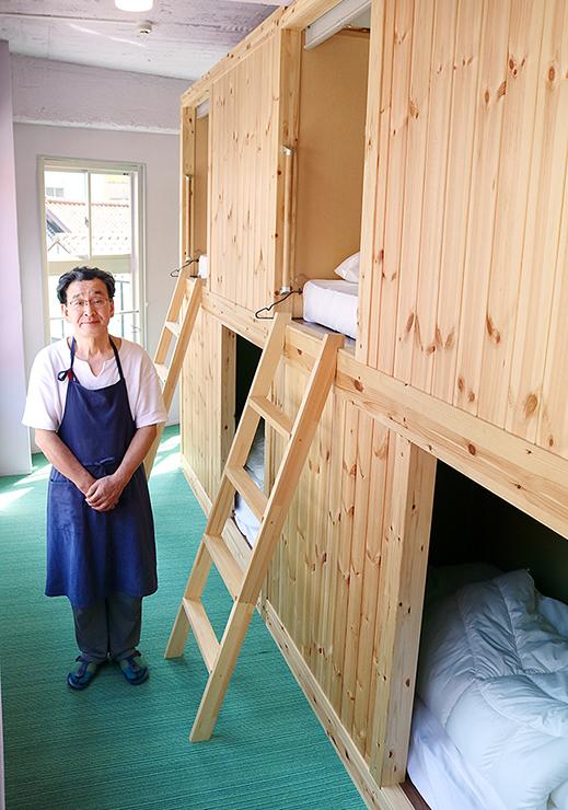 山小屋をイメージした宿泊施設を紹介する酒井さん