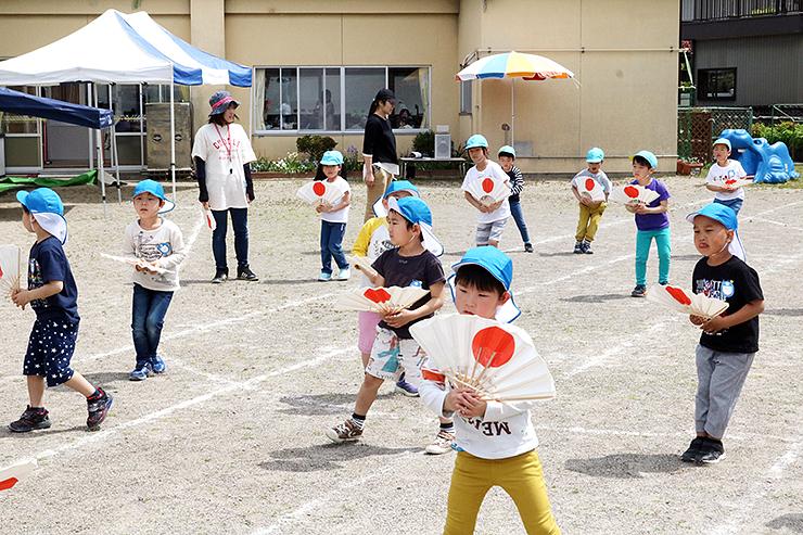 初めて合同で練習する住吉保育園と上口保育園の子どもたち