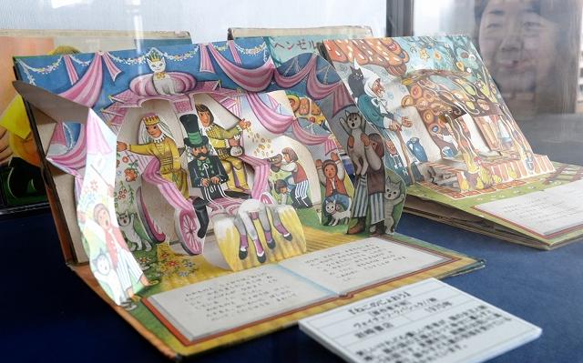 名場面が立体的に飛び出す仕掛け絵本=福井県小浜市立図書館