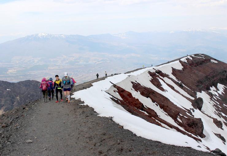 前掛山山頂を目指して歩く登山者たち