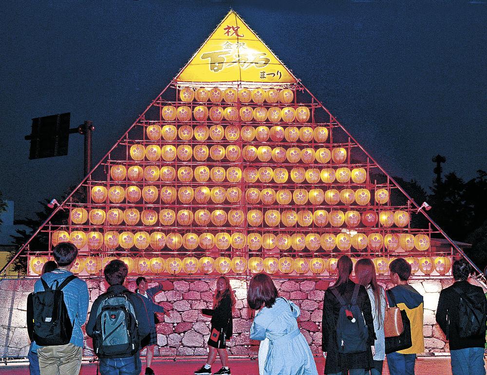 明かりがともされた百万石まつりのシンボルタワー=金沢市庁舎前広場