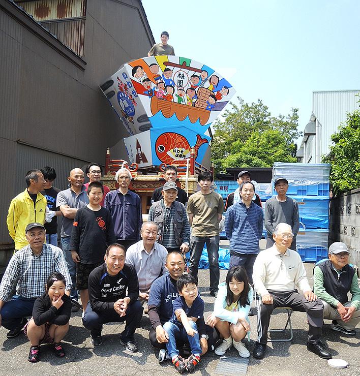 山車を組み立て終え、記念撮影する住民=富山市岩瀬祇園町