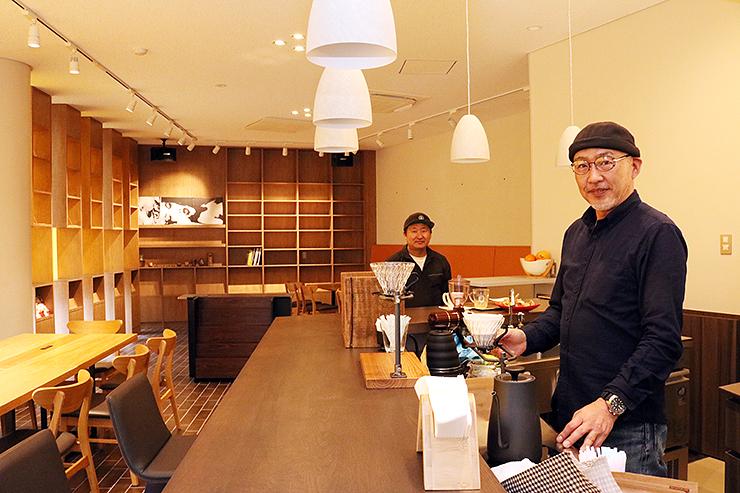 オープンに向けて準備を進める松田さん(右)
