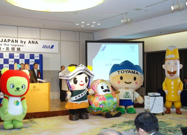 キャンペーンの発表会に登場した、新潟県のレルヒさん(右端)はじめ各県のキャラクター=14日、東京都品川区
