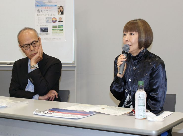 魚沼地域の風景の美しさと、へぎそばのおいしさをアピールする曲を制作した歌手の小林啓子さん(右)と音楽プロデューサーの高橋信之さん