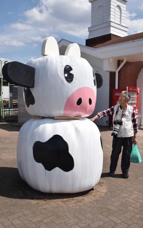 野辺山駅前に置かれた牧草ロールで作った牛の像